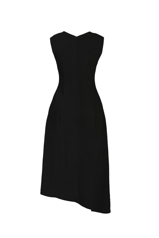 Đầm đen sát nách phối ngọc trai