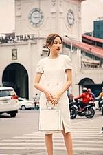Đầm trắng tay phồng đính nút xẻ tà