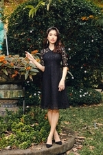 Đầm ren đen dáng xòe tay lỡ