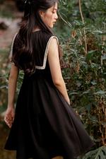 Đầm đen dáng xòe xếp ly