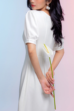 Đầm trắng dáng chữ A cổ sen đính nút