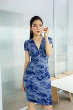 Đầm ôm xoắn ngực họa tiết tie dye